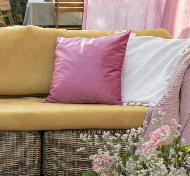 una buena idea para decorar tu terraza puede ser el uso de cojines de colores en tu mobiliario de descanso